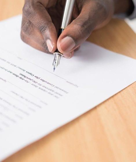 Hombre firmando contrato